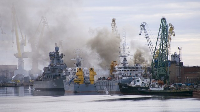 A general view shows smoke rising above a dock at the Zvyozdochka shipyard in the north Russian city of Severodvinsk April 7, 2015. A nuclear submarine caught fire in the shipyard in Russia's northern province of Arkhangelsk on Tuesday but there were no weapons on board, Russian news agencies reported. REUTERS/Oleg Kuleshov - RTR4WEAE