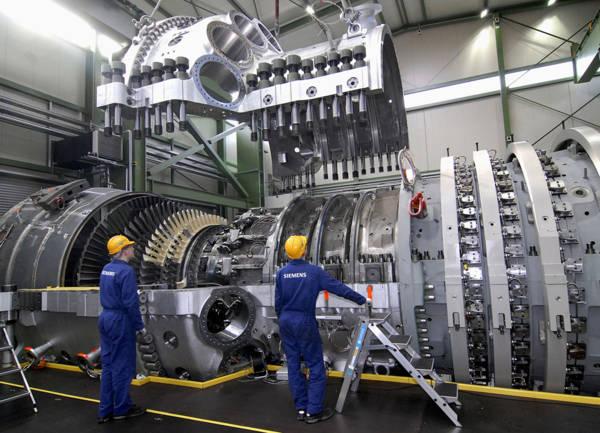 Die von Siemens Power Generation neu entwickelte Gasturbine SGT5-8000H wurde Ende April 2007 im Gasturbinenwerk in Berlin (Bild) fertiggestellt und ist inzwischen an ihrem Bestimmungsort Irsching bei Ingolstadt angekommen. Mit einer Leistung von 340 Megawatt (MW) ist sie die größte und leistungsstärkste Gasturbine der Welt. Ihre Leistung entspricht der von 13 Triebwerken eines Jumbo Jets oder reicht aus, um die Bevölkerung einer Stadt wie Hamburg mit Strom zu versorgen. Nach der Testphase wird diese Anlage zu einem hocheffizienten Gas- und Dampfturbinen (GuD)-Kraftwerk mit 530 MW Leistung und einem Wirkungsgrad von über 60 Prozent erweitert – ebenfalls Weltrekord. Gegenüber einem durchschnittlichen Kohlekraftwerk gleicher Leistung emittiert dieses Kraftwerk rund 2,8 Millionen Tonnen weniger CO2 pro Jahr (so viel wie eine Million Pkw emittieren). Die E.ON Kraftwerke GmbH wird die Anlage nach erfolgreichem Probelauf übernehmen und in den kommerziellen Betrieb überführen. The SGT5-8000H gas turbine, newly developed by Siemens Power Generation, was completed at the end of April 2007 in Berlin (picture) and has arrived at its final destination in Irsching near Ingolstadt in the meantime. With a capacity of 340 megawatts (MW), it is the world`s biggest and most powerful gas turbine. Its output equals that of 13 jumbo jet engines and is sufficient to provide the population of a city like Hamburg with power. After a test phase, this unit will be expanded to become a highly efficient combined cycle power plant with an output of 530 megawatts (MW) and an efficiency rating of more than 60 percent, which is also a world record. Compared to an average coal-fired power plant with the same output, this power plant emits approx. 2.8 million tons less Co2 per year (as much as one million automobiles emit). E.ON Kraftwerke GmbH will take over the plant after the successful test phase and will operate it commercially. Media Summit 2007: www.siemens.com/pressebilder/medias