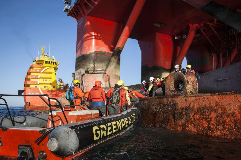 IMAGE AVAILABLE FOR DOWNLOAD BY EXTERNAL MEDIA FOR 14 DAYS AFTER RELEASE. TERMS OF DELIVERY: NO THIRD PARTIES, NO RESALE, NO ARCHIVE, FOR EDITORIAL USE ONLY, NOT FOR MARKETING OR ADVERTISING CAMPAIGNS. CREDIT-LINE COMPULSORY. Greenpeace International activists from eight countries scale and occupy Statoil contracted oil rig Transocean Spitsbergen on May 27, 2014 to protest the company's plans to drill the northernmost well in the Norwegian Arctic at the Apollo Prospect of the Barents Sea, close to the Bear Island nature reserve.  AFP PHOTO / GREENPEACE/ HO / WILL ROSE /Will Rose/AFP/Getty Images