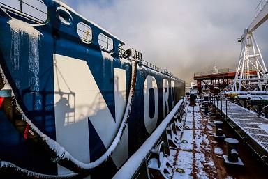 """Вид на грузовую палубу танкера """"Кирилл Лавров""""."""