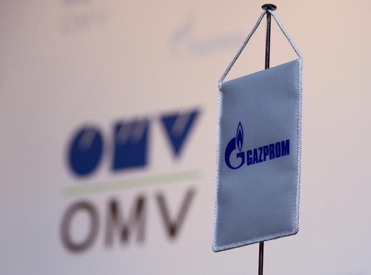 Логотипы OMV и Газпрома в зале, где пройдет пресс-конференция глав компаний, в Вене, 14 декабря 2016 года. REUTERS/Leonhard Foeger