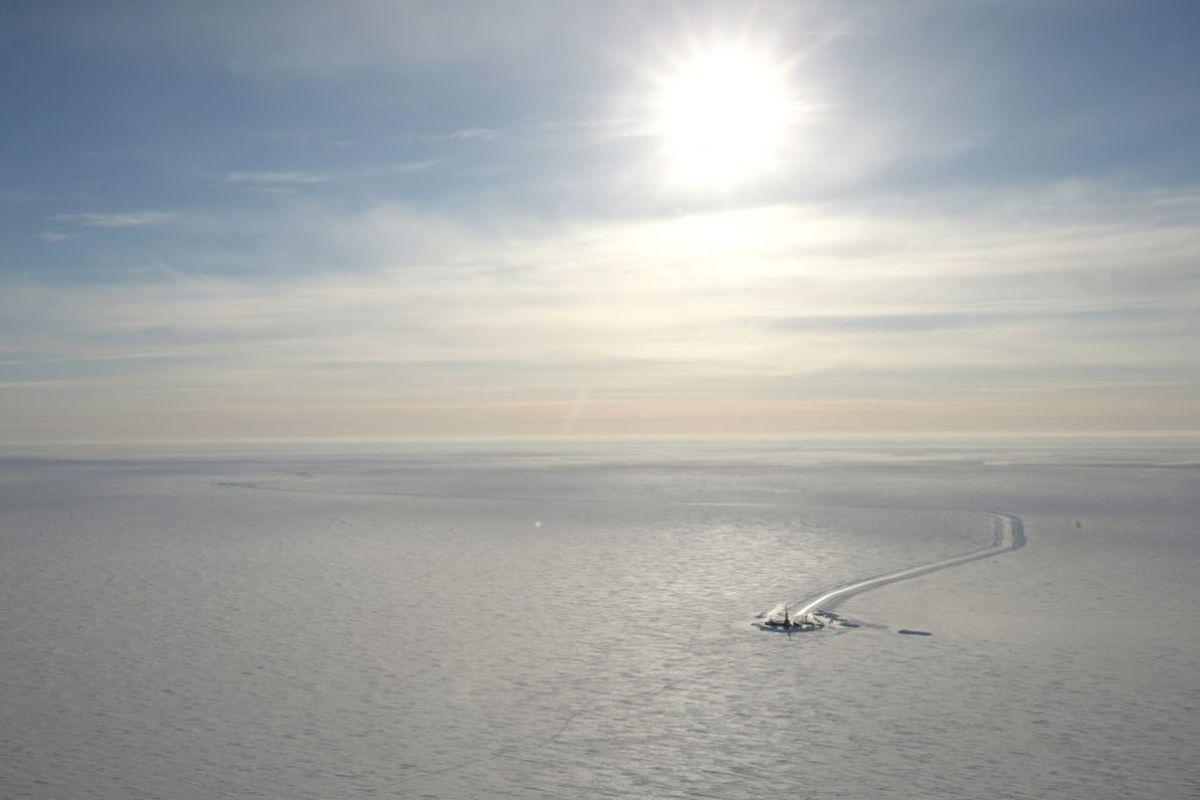 Smith-Bay-Distant-Rig-1030x687-1024x683