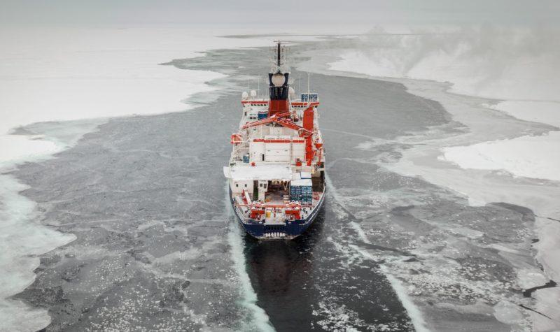 Das deutsche Forschungsschiff Polarstern in der zentralen Arktis, Aufnahme von der Sommer-Expedition 2015 The German research vessel Polarstern during an expedition into the central Arctic Ocean.