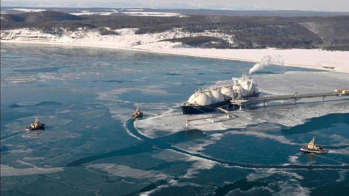 Svitzer_tugs_at_Sakhalin_LNG_terminal_Russia_ice_water